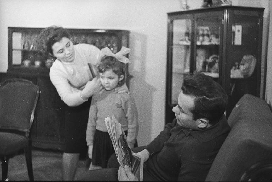 La famille de la pilote Marina Popovitch à la cantine, 1963
