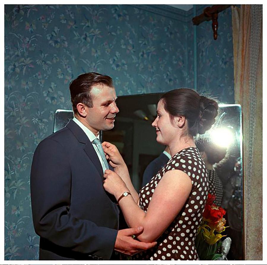 Le pilote-cosmonaute Iouri Gagarine et sa femme Valentina, 1962