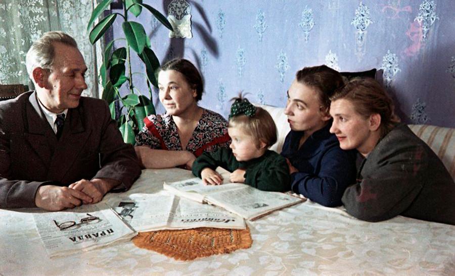 Le commissaire du croiseur « Aurora » Alexandre Belychev et sa famille, Leningrad, 1957