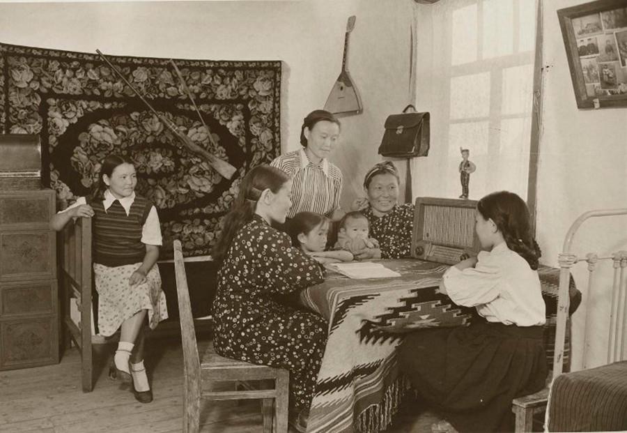 La famille de Bavdou Khovalytch, un éleveur de bétail au Touva, écoutant la radio, 1955