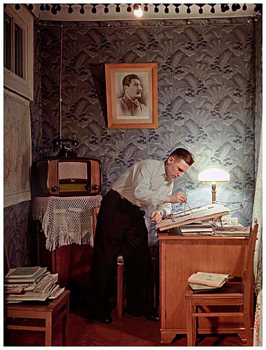 L'ajusteur de l'usine « Economizer » Ivan Kartachev, lauréat du prix Staline, chez lui, 1953