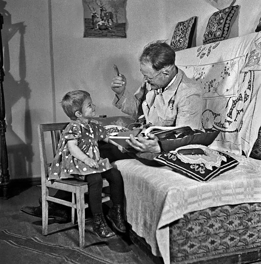 Le Héros du travail socialiste Dmitri Marouda avec sa fille Lina, 1951