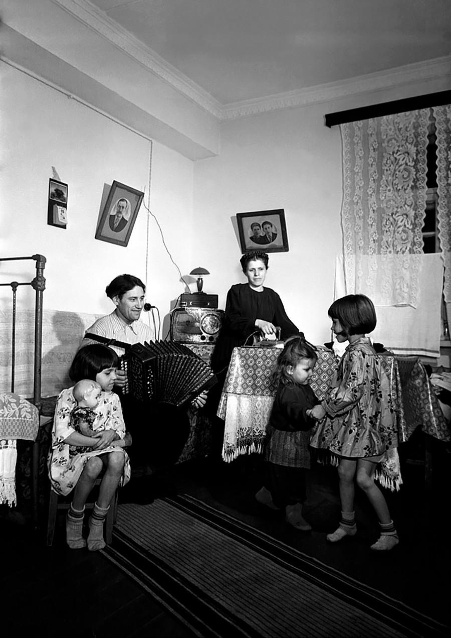 Un contremaître de production avec sa famille dans un nouvel appartement, 1950
