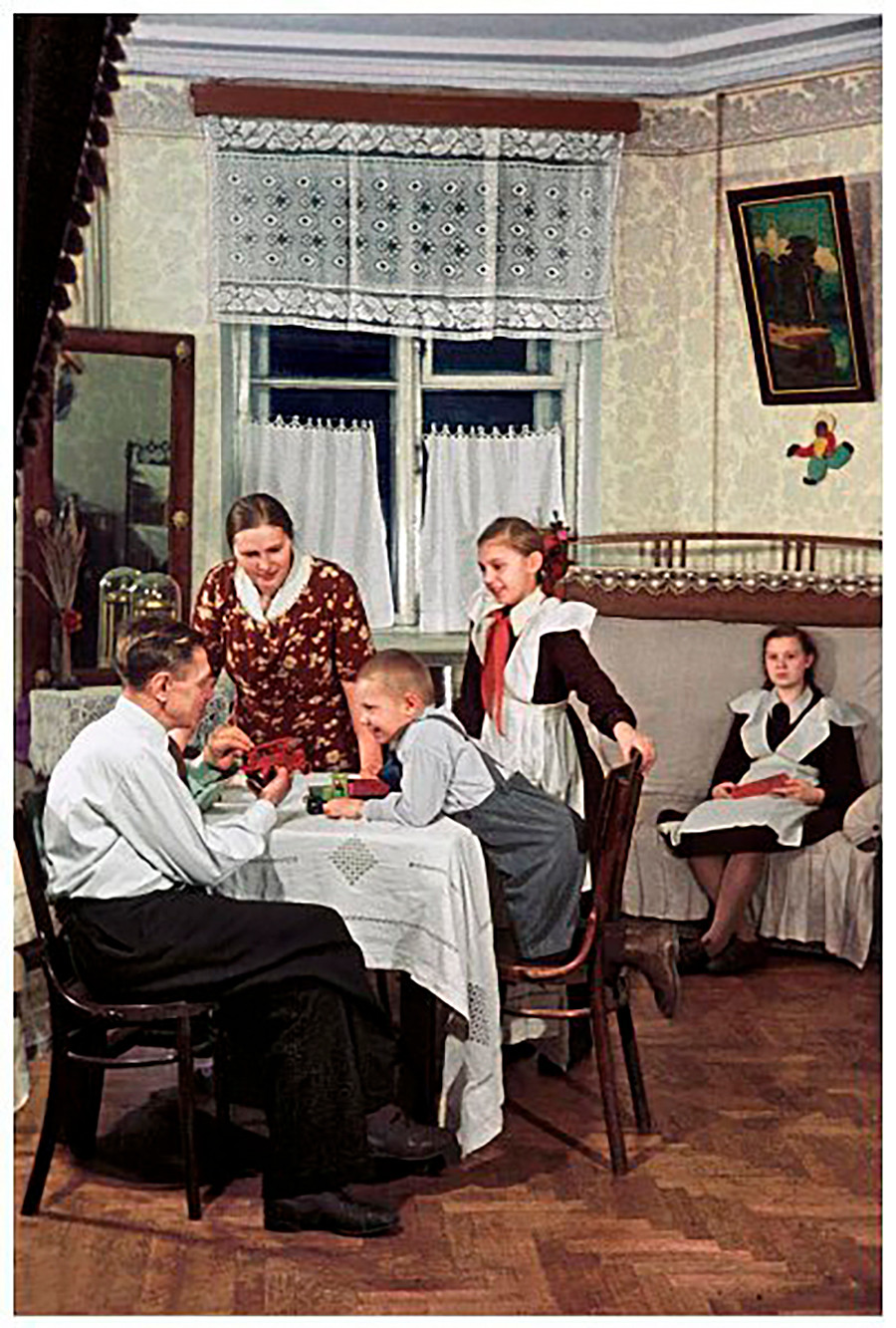 Le boulanger de la fabrique « Bolchevitchka » S. Melnikov avec sa famille dans son nouvel appartement fourni par l'usine, 1950