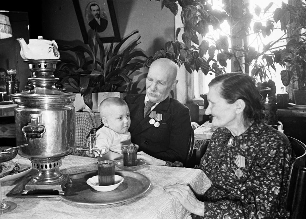 Dans la maison du plus ancien ouvrier de l'usine de machines agricoles de Lioubertsy, Anton Karpounine (40 ans de service). Sa femme est l'adjointe au conseil municipal de Lioubertsy, 1949.