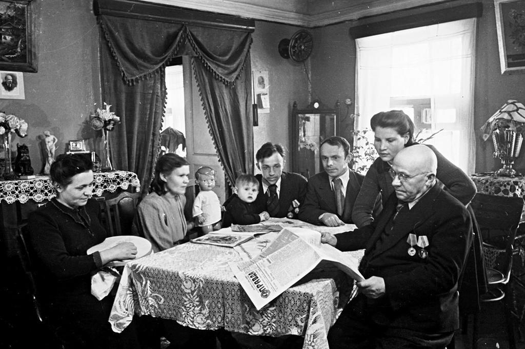 Dans la maison du plus ancien ouvrier de l'usine de machines agricoles de Lioubertsy D. Vassiliev, 1949. Tous les adultes sont des participants à la guerre.