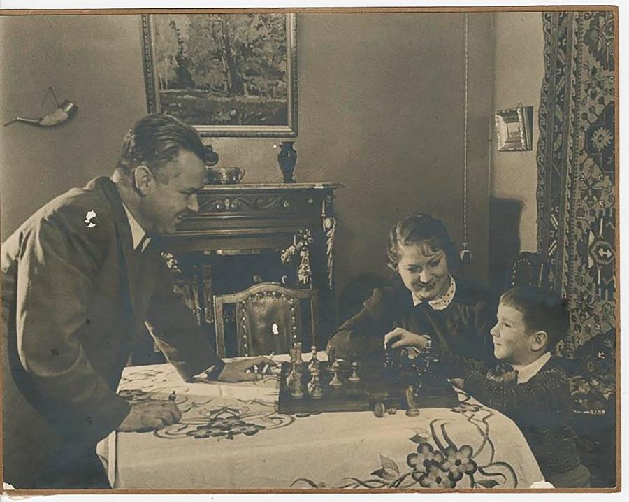 « Dans la famille d'un éminent ouvrier », 1948