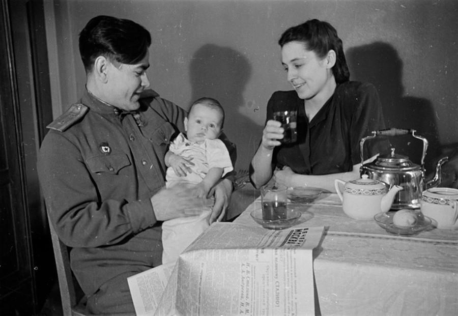 Le pilote militaire Alexeï Maressiev, Héros de l'Union soviétique, avec sa femme et son fils, 1947