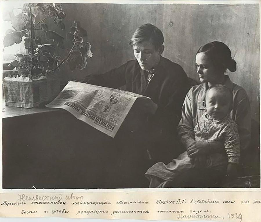 Le meilleur métallurgiste-stakhanoviste de matériaux réfractaires du Combinat métallurgique de Magnitogorsk P. Miagkikh lit régulièrement les journaux pendant son temps libre, en dehors de son travail et de ses études, 1939