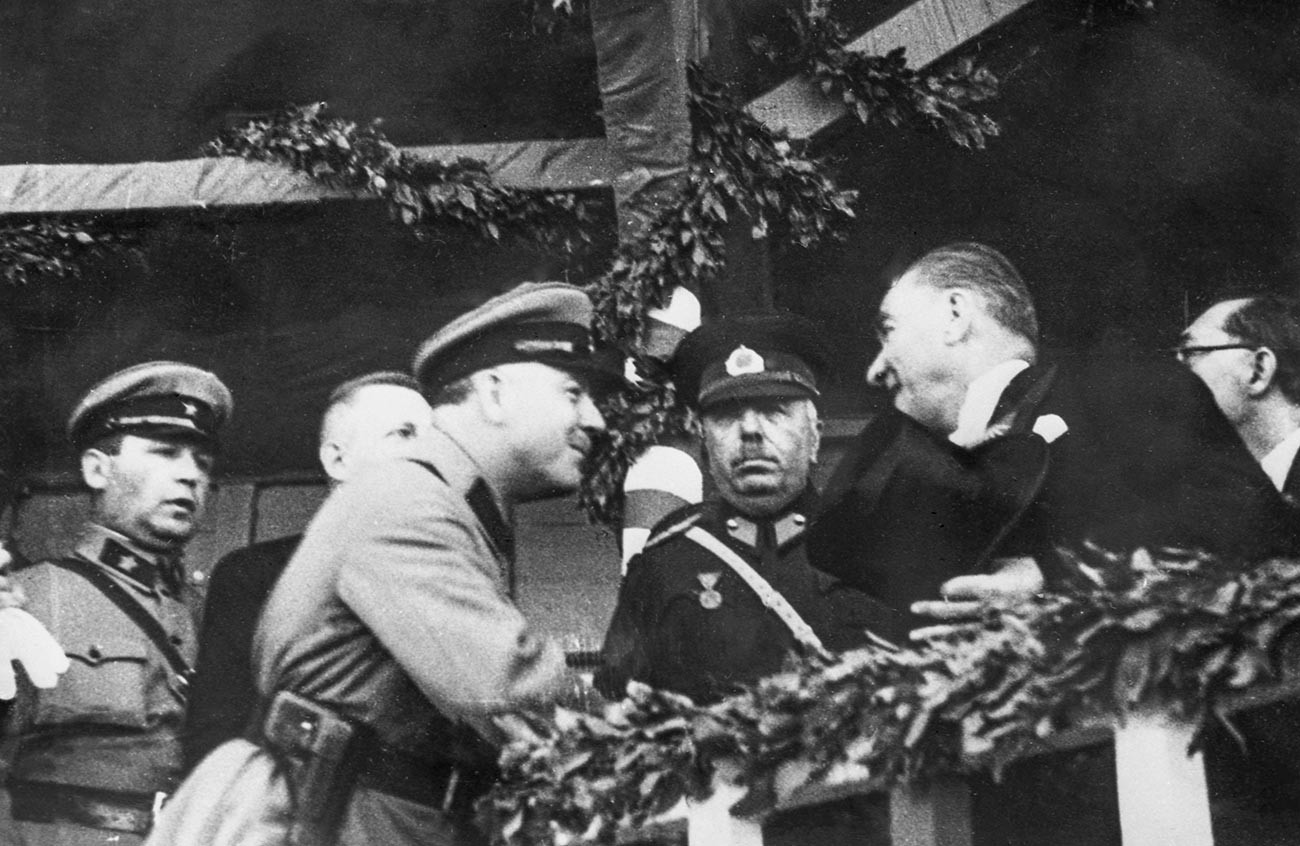 Visite d'une délégation soviétique en Turquie en 1933. Kliment Vorochilov rencontre Mustafa Kemal durant la parade organisée pour les 10 ans de la fondation de la République de Turquie, le 29 octobre 1923.