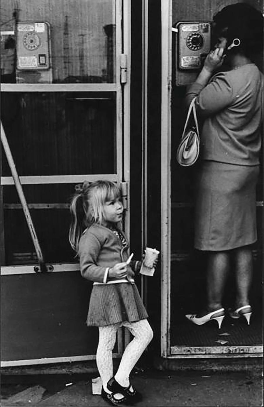 これがわたし!アイスクリームを食べながらポーズをとる少女、1969年