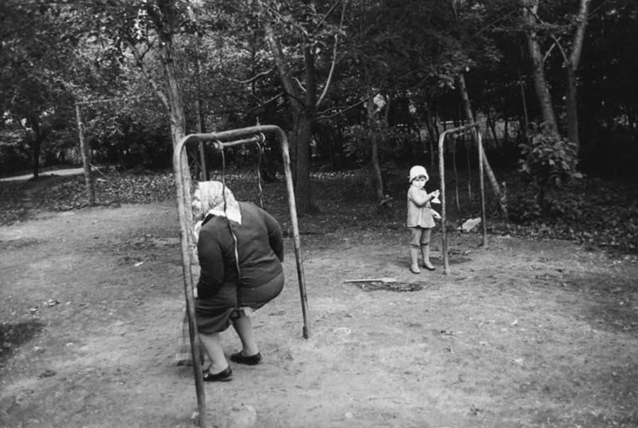 児童公園で遊ぶおばあちゃんと孫、1970年