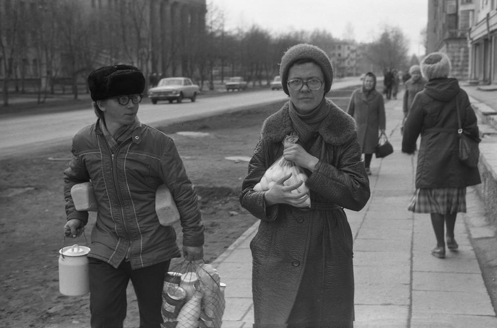 食料品店での買い物帰りの母と息子、1983年