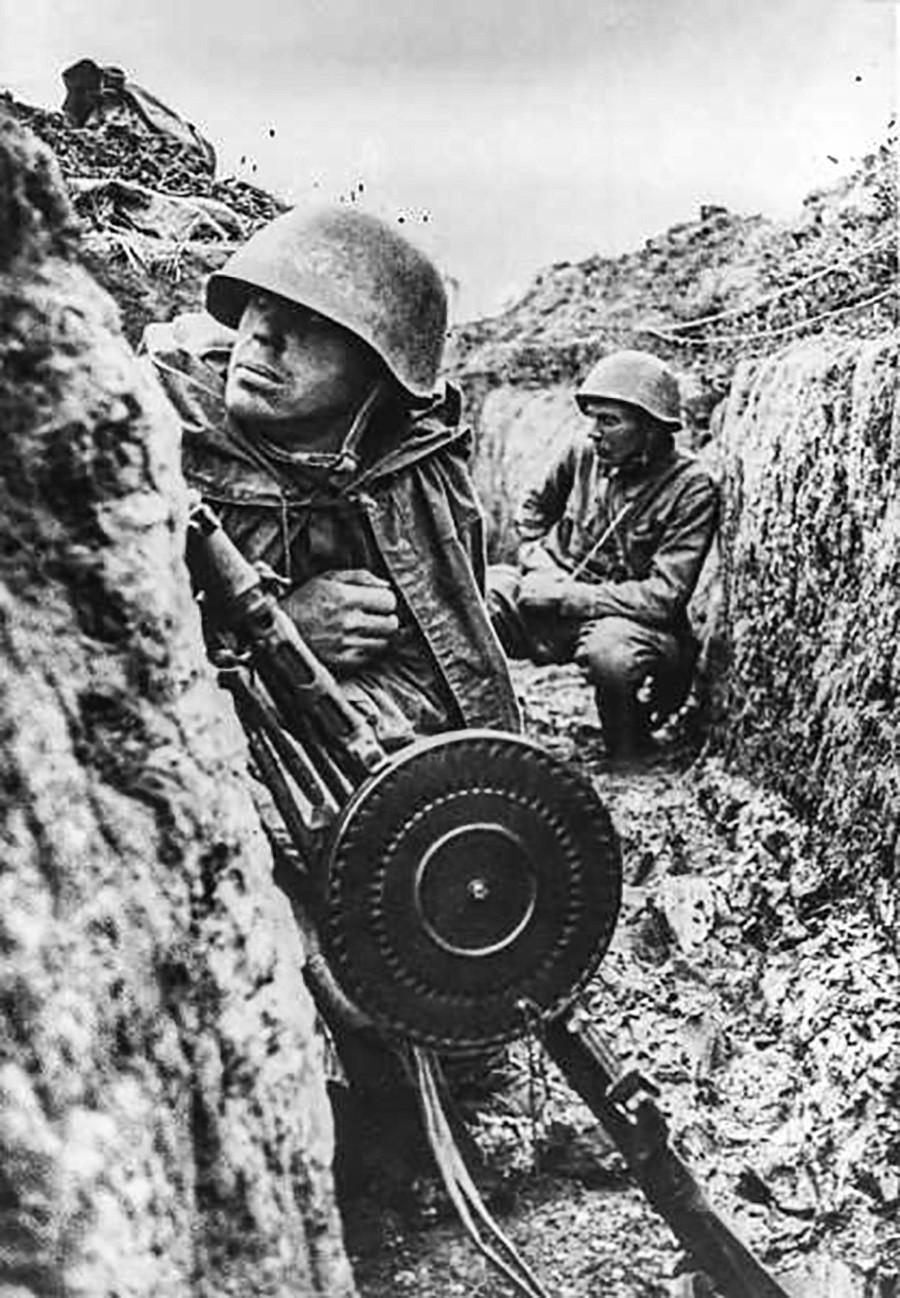 Des soldats attendant dans les tranchées de Leningrad le début de l'offensive
