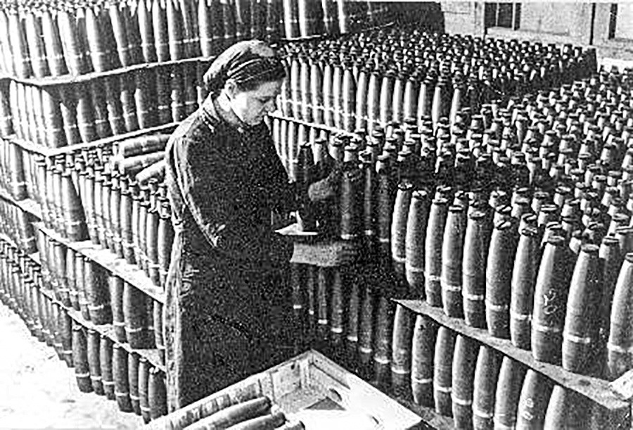 Une femme prépare des missiles pour l'Armée rouge