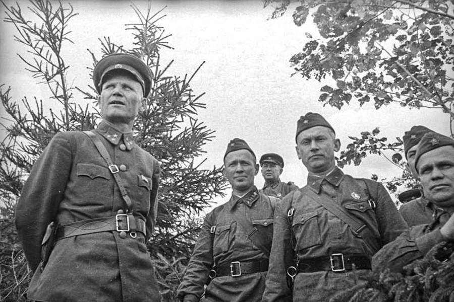 Les célèbres écrivains soviétiques Mikhaïl Cholokhov et Alexandre Fadeïev sur la ligne du front