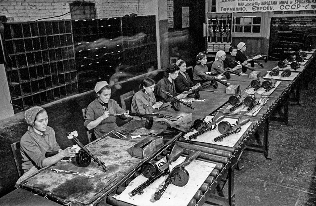 De jeunes femmes assemblent un PPSh-41, ce pistolet-mitrailleur soviétique conçu par Gueorgui Chpaguine et qui a été largement utilisé pendant les années de la guerre.