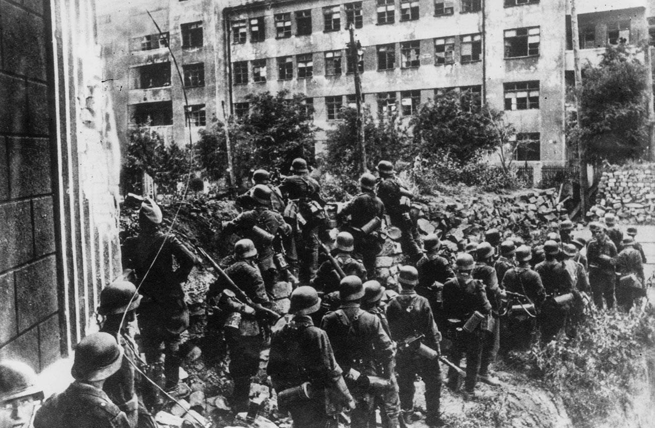 Les troupes d'infanterie allemandes et slovaques entrent dans la ville russe de Rostov-sur-le-Don et s'abritent de la résistance derrière des barricades de rue.