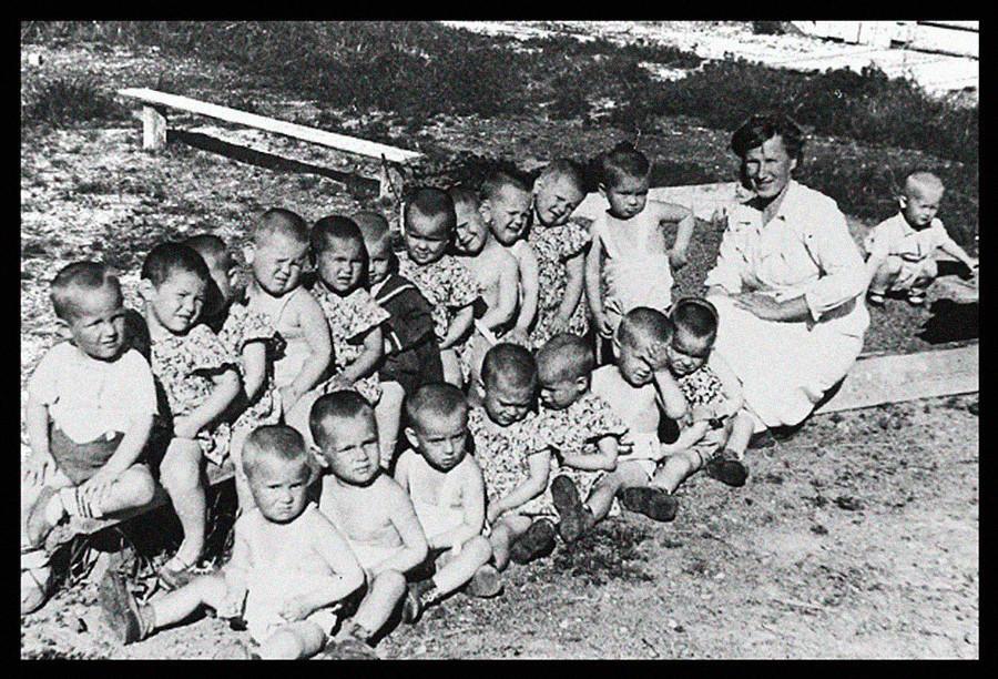 Orfanato no campo de Kargopol.