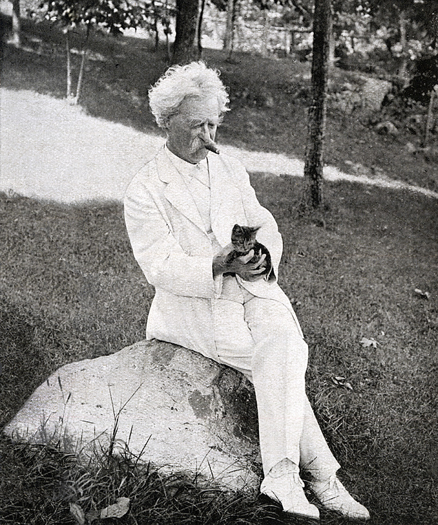 Mark Twain smoking and holding a kitten