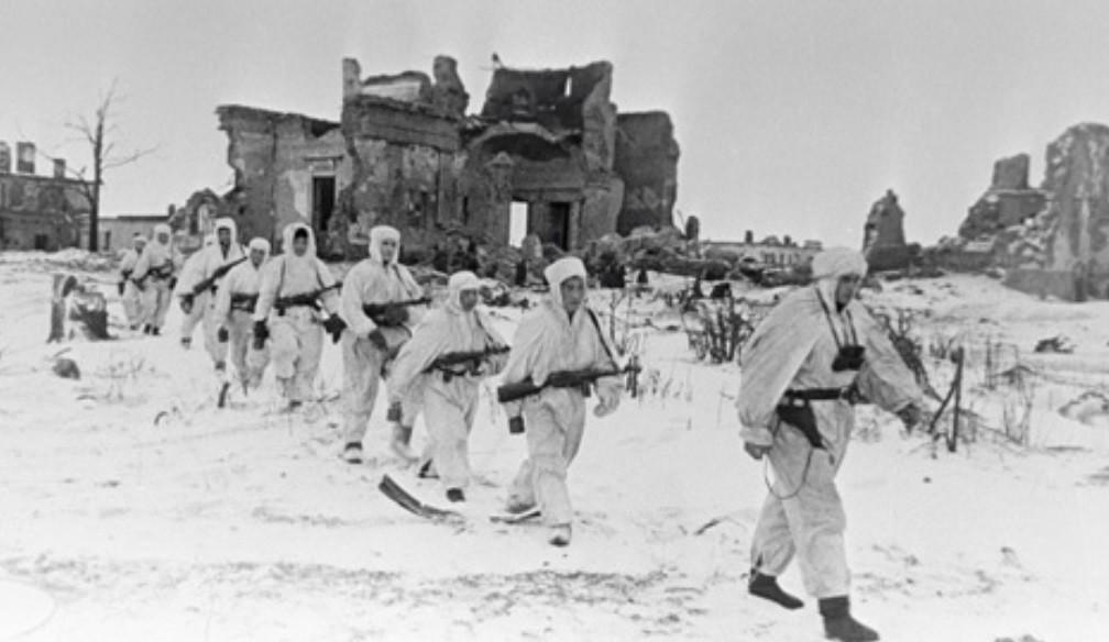 Tropas soviéticas patrullando Púlkovo.