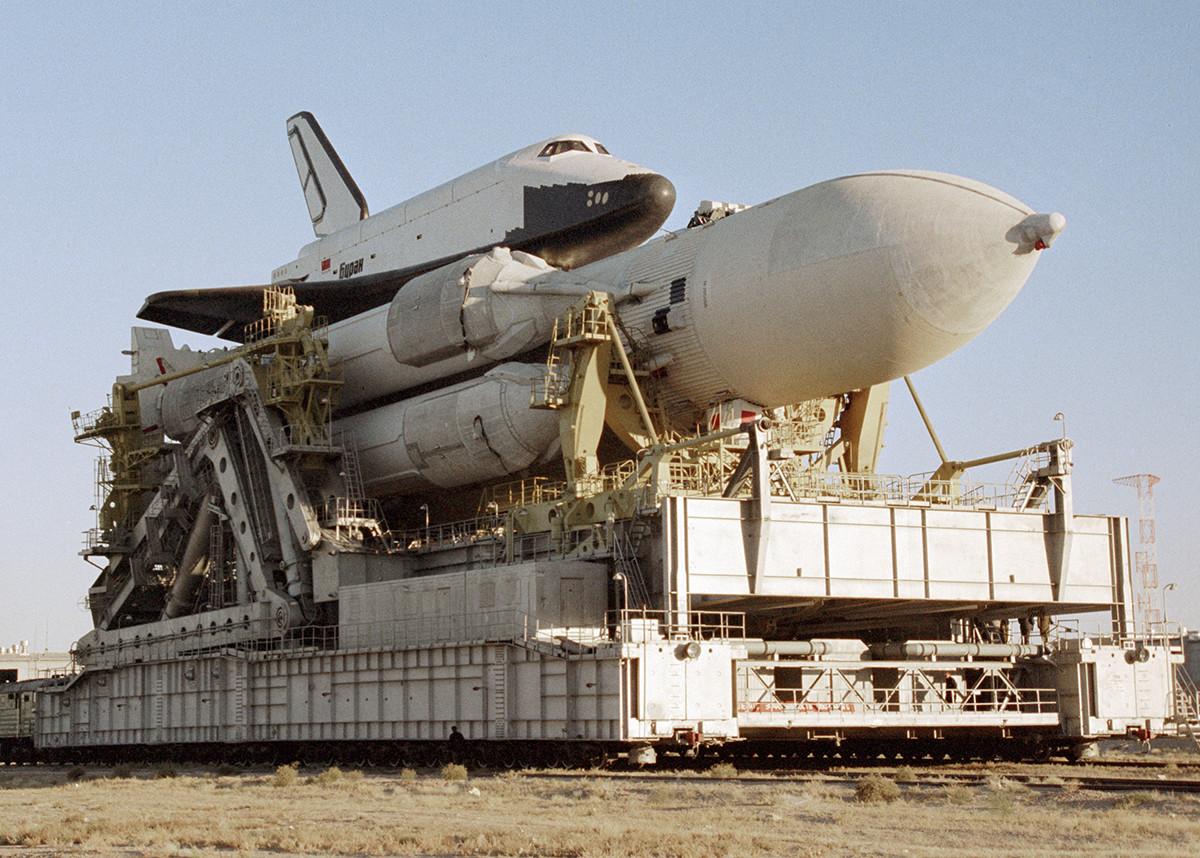 ブラン宇宙船と大型ロケット「エネルギア」、バイコヌール宇宙基、1988年。