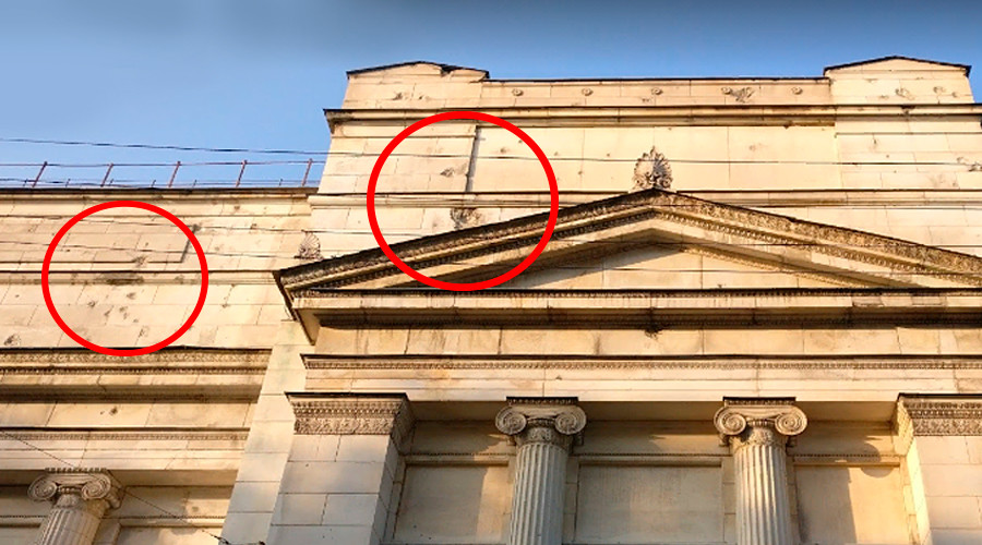 I danni delle esplosioni sui muri del Museo Pushkin