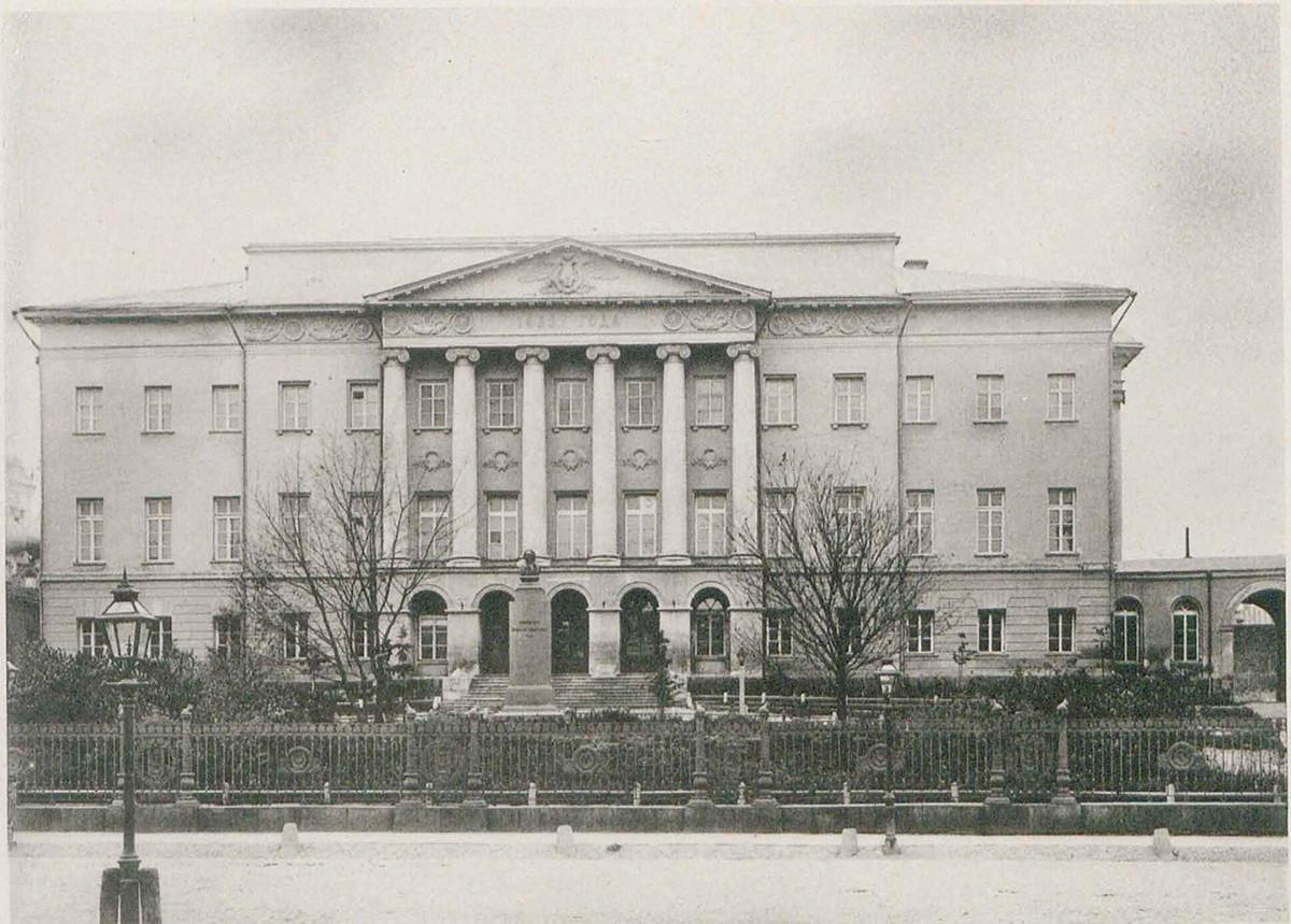 L'edificio dell'Università Statale di Mosca con il busto di Lomonosov prima della costruzione della cupola