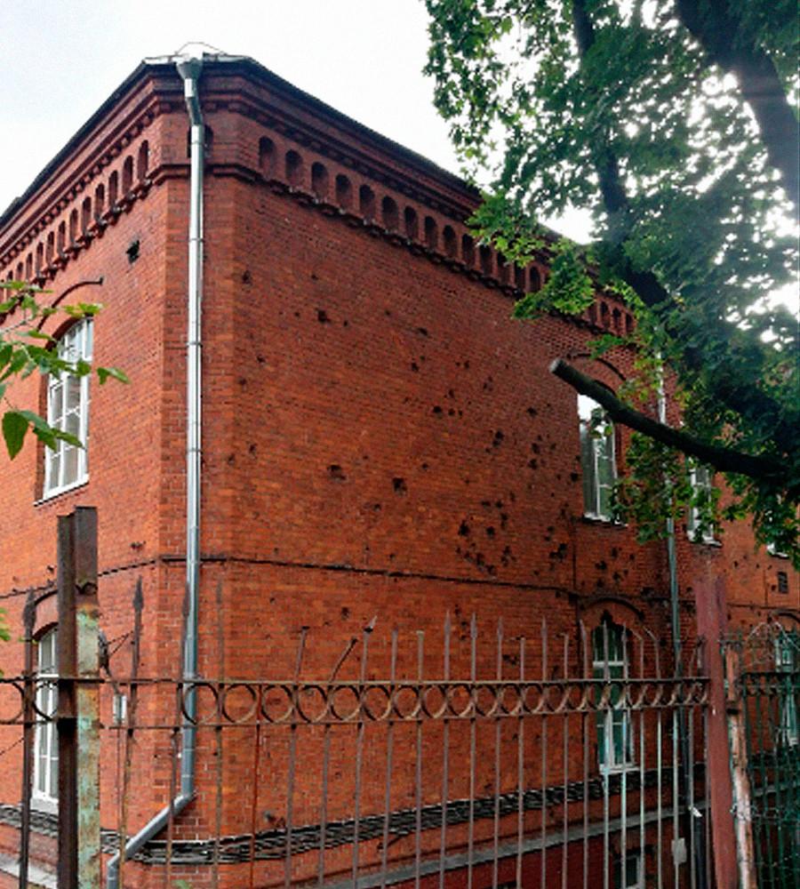Il muro con i segni delle esplosioni
