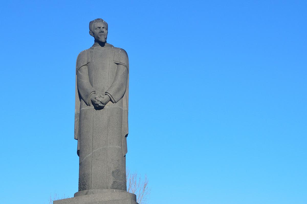 Il monumento con una crepa visibile all'altezza del collo