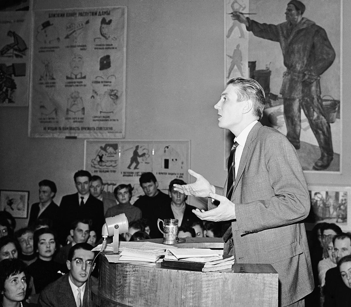 Le poète soviétique Evgueni Evtouchenko lit ses poèmes au Musée littéraire de Moscou, 1959