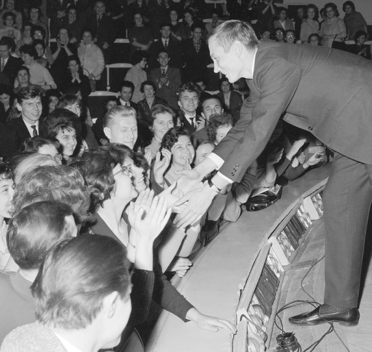 Konec petdesetih in šestdesetih let je bila poezija med sovjetsko mladino izjemno priljubljena.