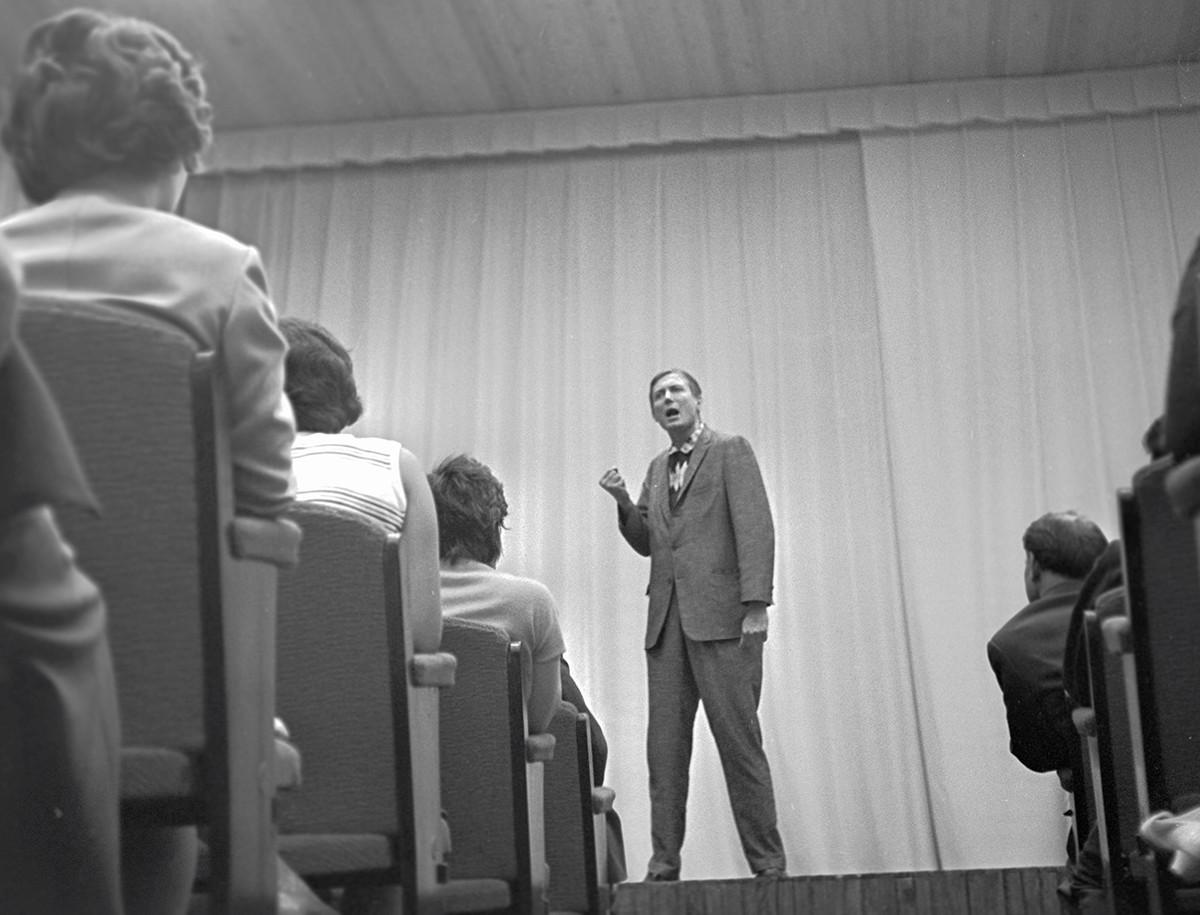 Jevtušenko je svoj prelom naredil leta 1961, ko je luč sveta ugledala njegova pesem