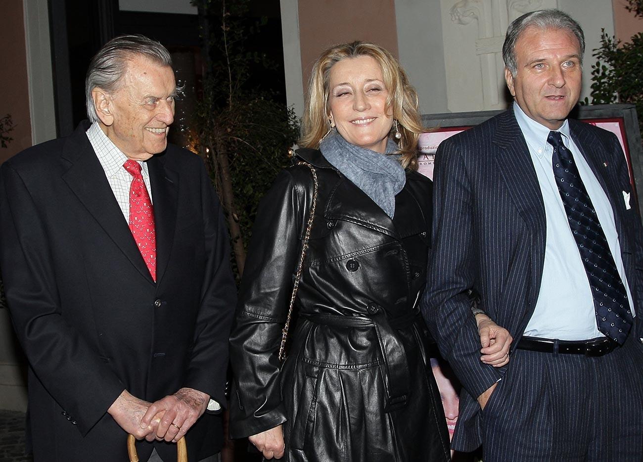 Nicola Romanoff, Natalia Romanoff e o senador Giuseppe Consolo comparecem à estreia da apresentação teatral 'Pare de chorar Penelope' no teatro Ambra Jovinelli