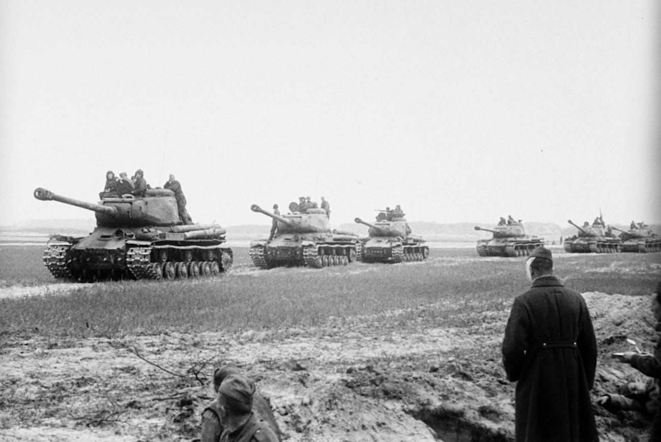 Tank Soviet berbaris di dekat Berlin.