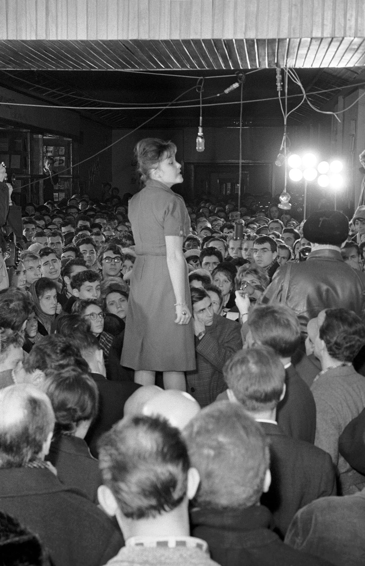 Bella Akhmadulina circondata dal pubblico