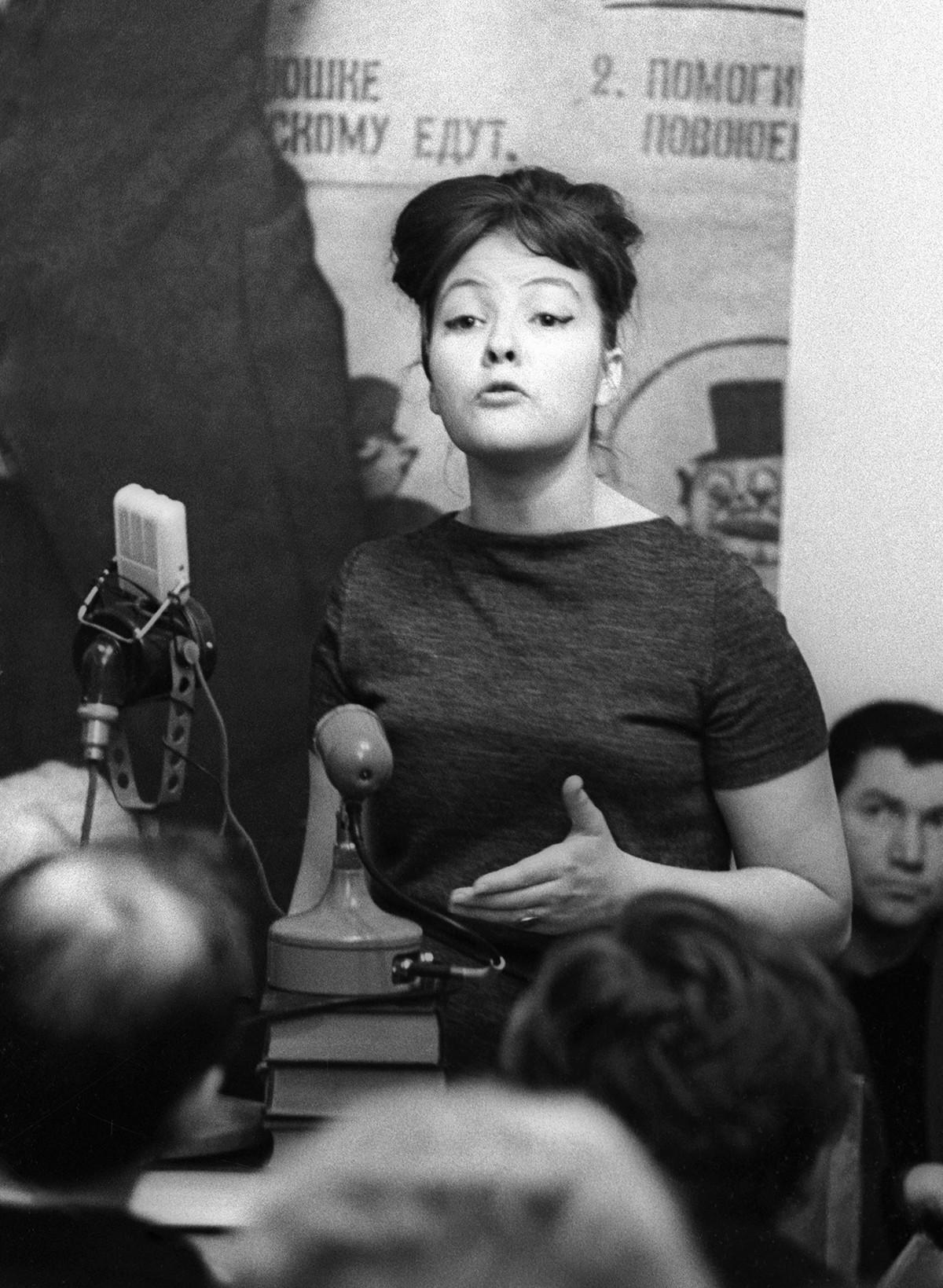 Bella Akhmadulina fu definita da Joseph Brodsky un'erede della tradizione Lermontov-Pasternak nella poesia russa