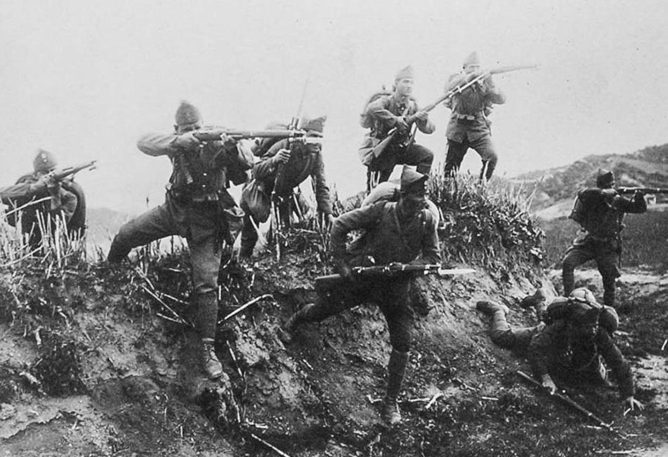 Carica di fanteria greca nel fiume Ermos durante la guerra greco-turca (1919-1922)