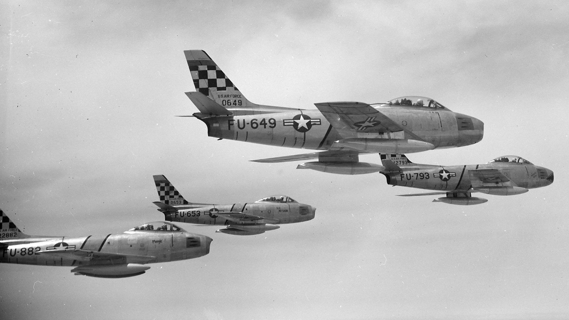 Четири Северноамеричка ловца F-86E Сејбр у саставу 51. групе ловаца-пресретача изнад Кореје 22. маја 1953. године. Авиони FU-649 и FU-653 су модел F-86E-5-NA, FU-793 је модел F-86E-10-NA, док је FU-882 модел F-86E-6-CAN који је оригинално произвела Канада, али испоручила америчком ваздухопловству.