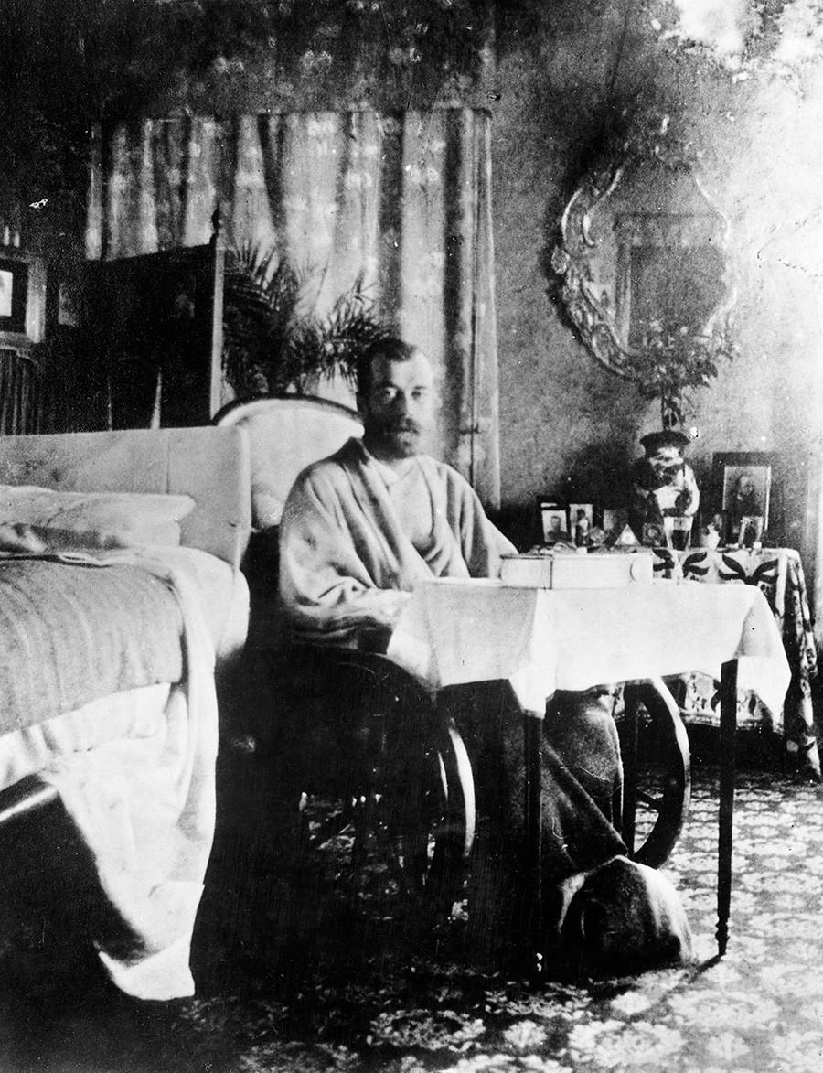 Цар Николај II после опоравка од тифуса.