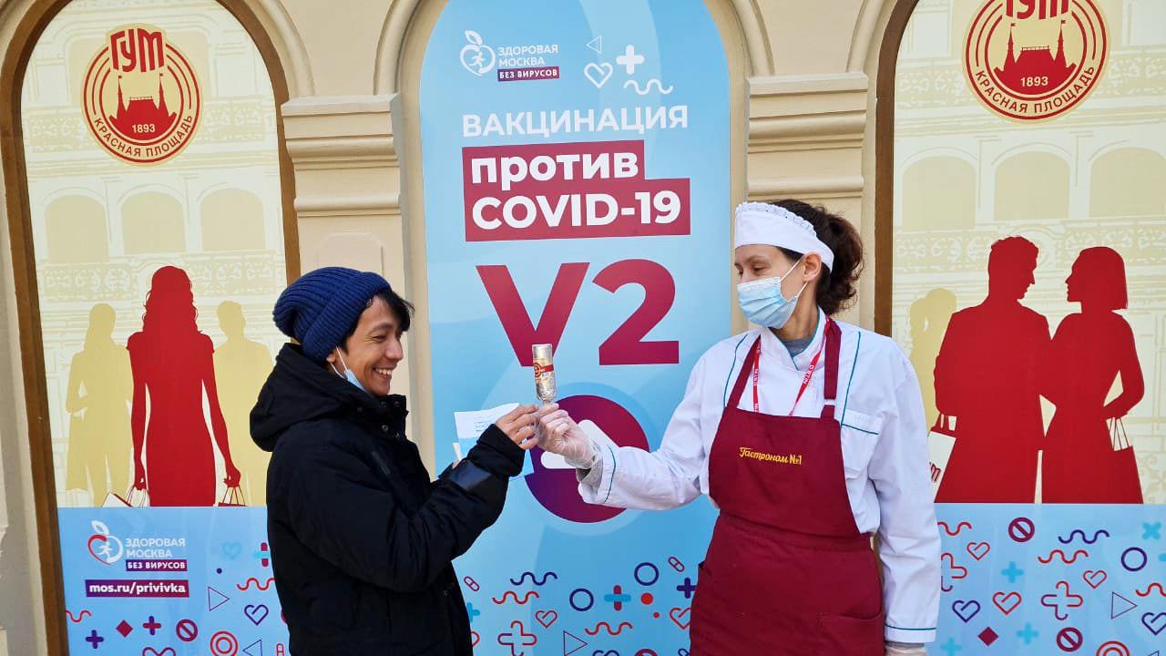 Tri Koyo menerima es krim setelah vaksinasi.
