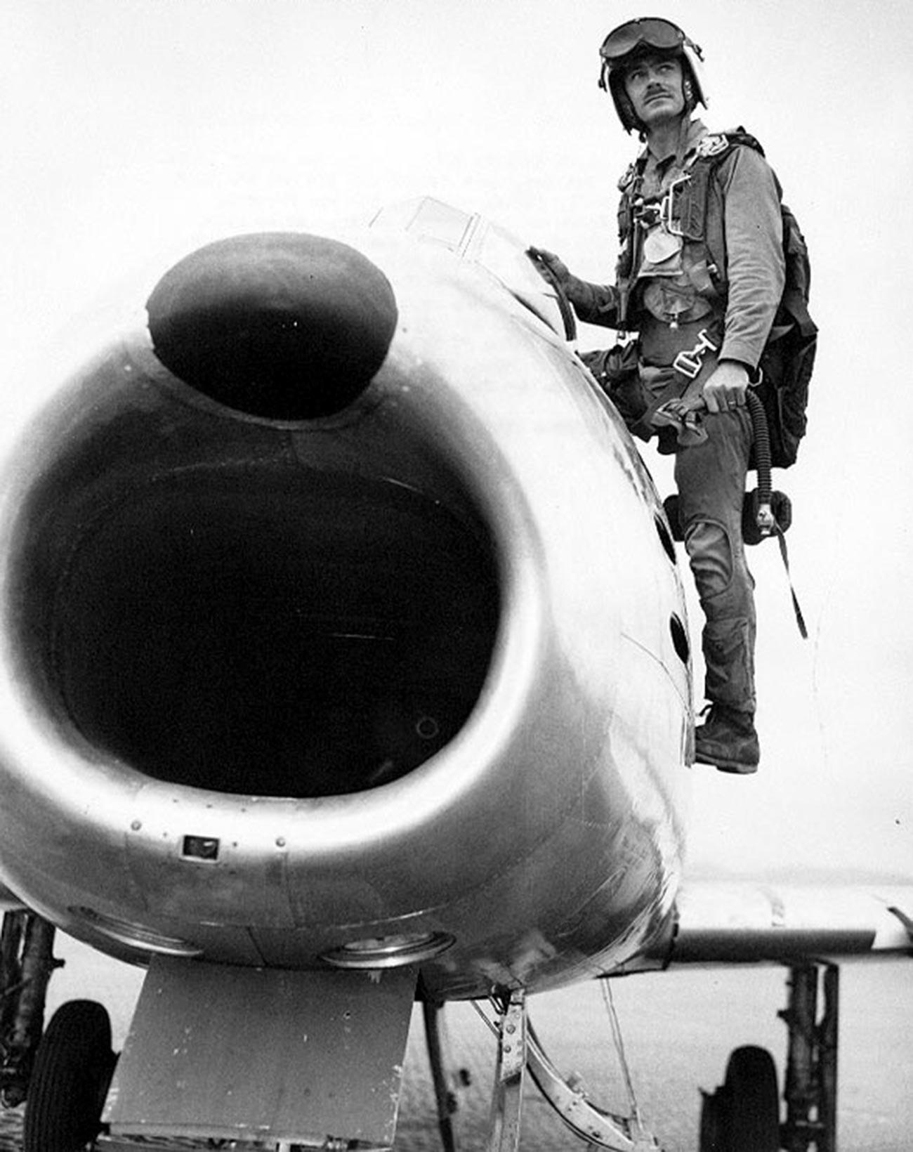 Bojnik Bolt, koji je oborio šest japanskih aviona u Drugom svjetskom ratu. Letio je u 37 akcija na Sabreu u sastavu 5. zračne armije koja je vodila zračne okršaje protiv migova.