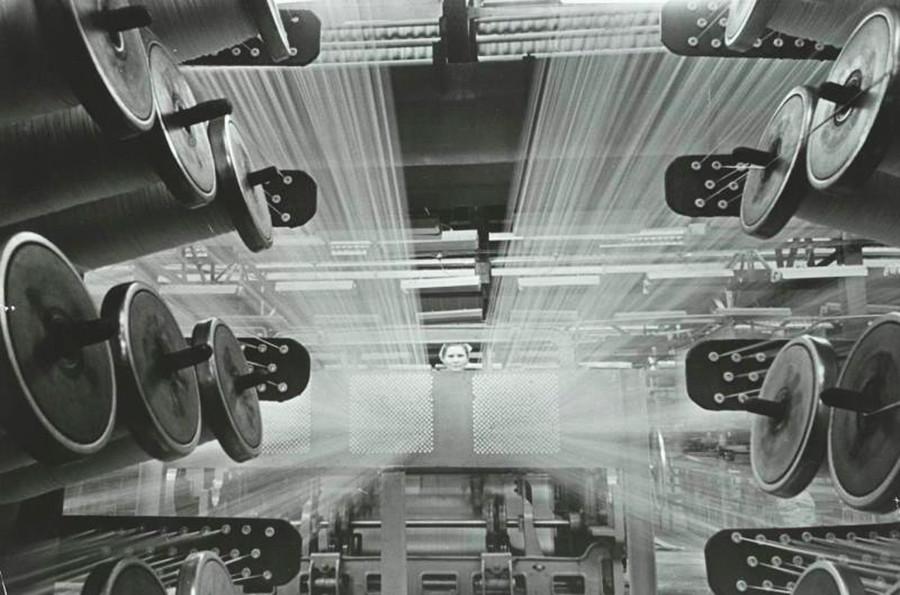 織布工場の回転するリール
