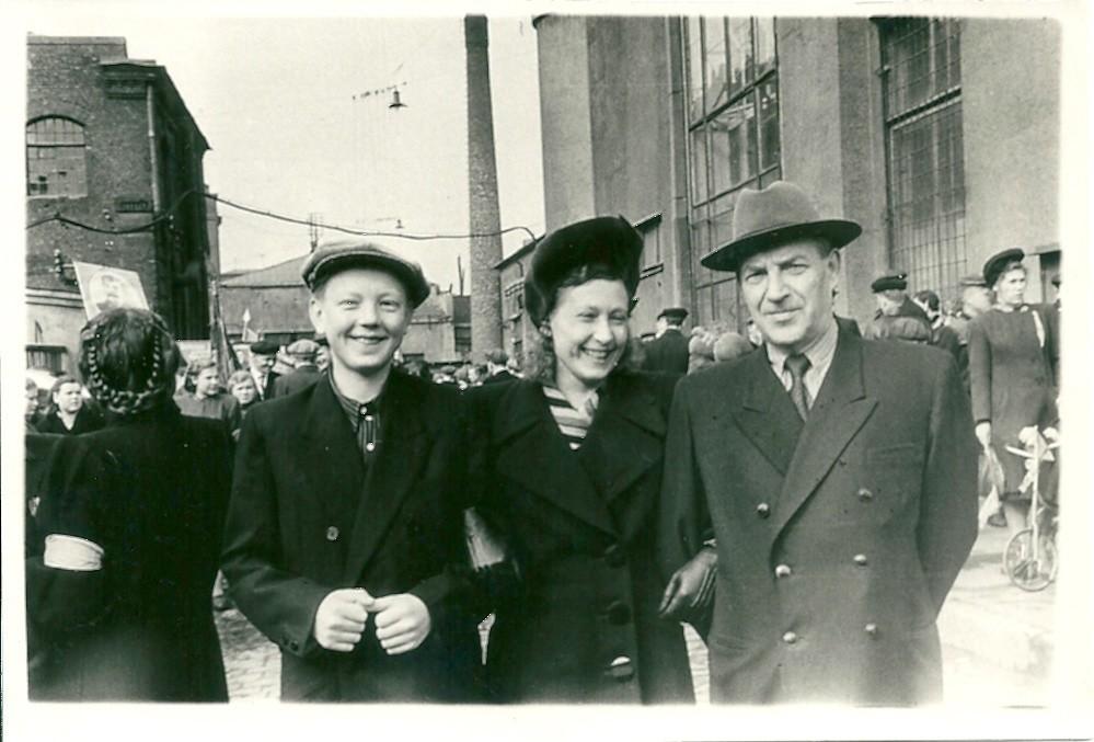 レニングラードのメーデーのデモに集まる人々
