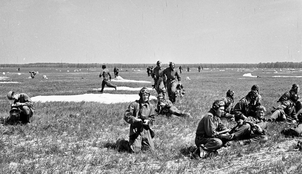 訓練中のパラシュート部隊