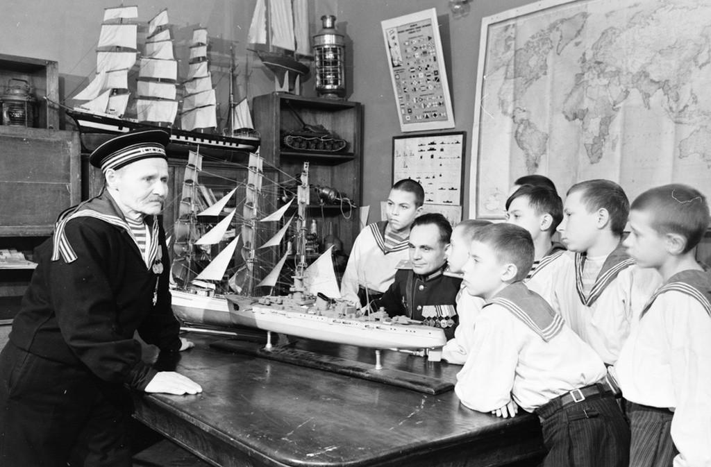 海軍の退役軍人と交流する船好きの子どもたち