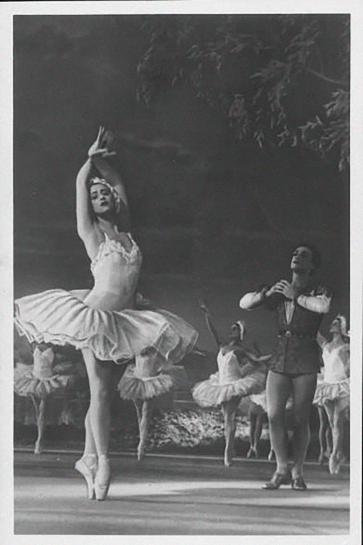 バレエ「白鳥の湖」のオデット役を演じる伝説のバレリーナ、マイヤ・プリセツカヤ