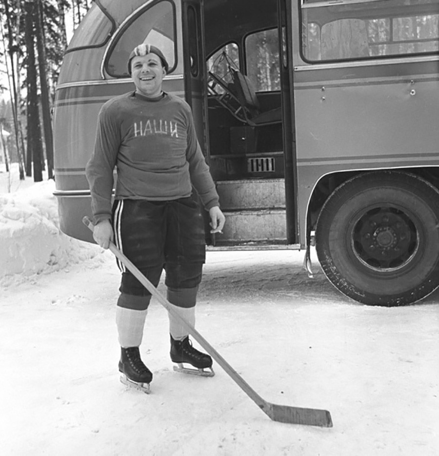 Gagarin mentre gioca a hockey, 1963