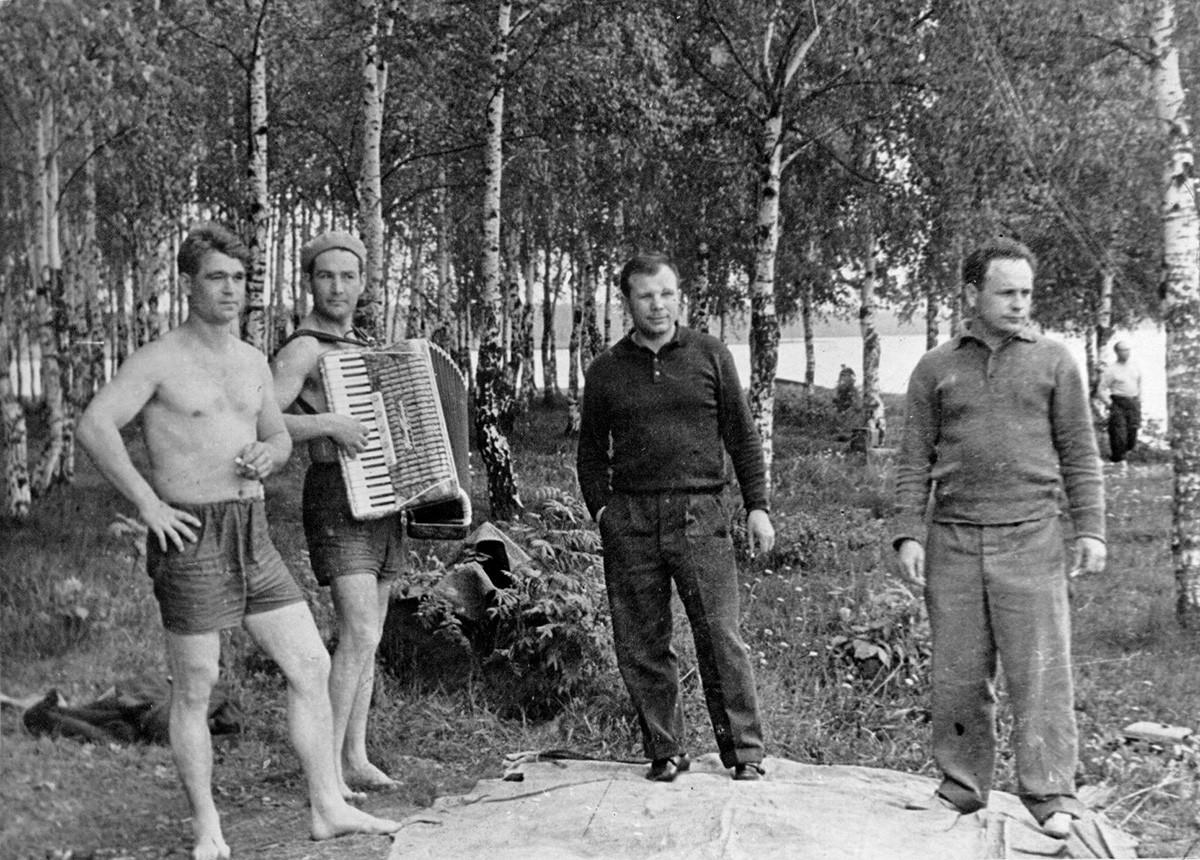 Gagarin in posa con gli amici durante un picnic, 1963