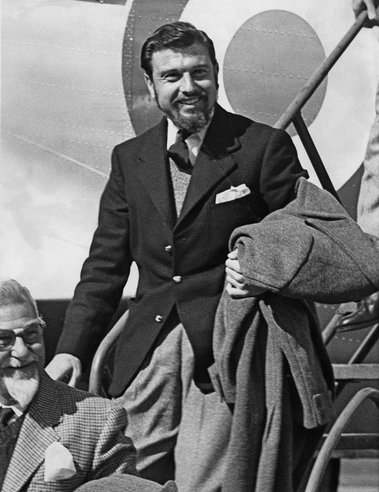 Diplomat dan mata-mata Inggris George Blake tiba di Pangkalan Udara RAF Abingdon, Oxfordshire, Inggris, setelah dibebaskan, 22 April 1953.